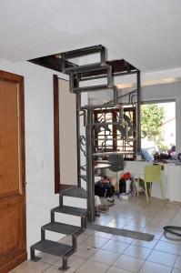 depart-escalier-metallique-acier-lege-en-tube-et-marches-en-tole-199x300
