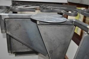 detail-escalier-metallique-acier-lege-en-tube-et-marches-en-tole-300x199