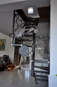 escalier-metallique-acier-lege-en-tube-et-marches-en-tole-avec-une-rampe-en-ferronnerie-199x300