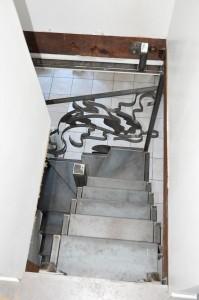 vue-de-dessus-escalier-metallique-acier-lege-en-tube-et-marches-en-tole-199x300