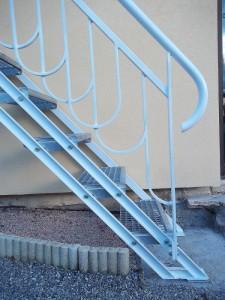 escalier metal marches caillebotis rampe ferronerie art deco pied