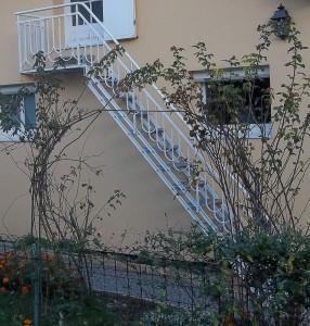 escalier metal marches caillebotis rampe ferronerie art deco vue d'ensemble