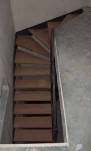 escalier limon en plats marches en bois et garde corps de dessus