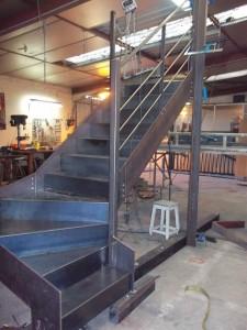 escalier limon en plats marches et contremarches en tole fabrication a l atelier de face