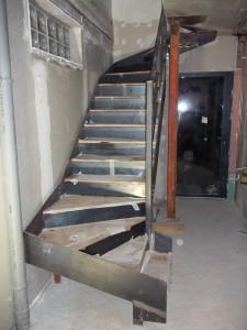escalier limon en plats marches et contremarches en tole marches avec habillage des marches en chene