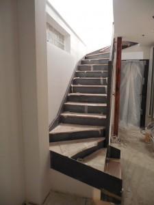 escalier limon en plats marches et contremarches en tole marches avec habillage des marches en chene apres fermeture du bas