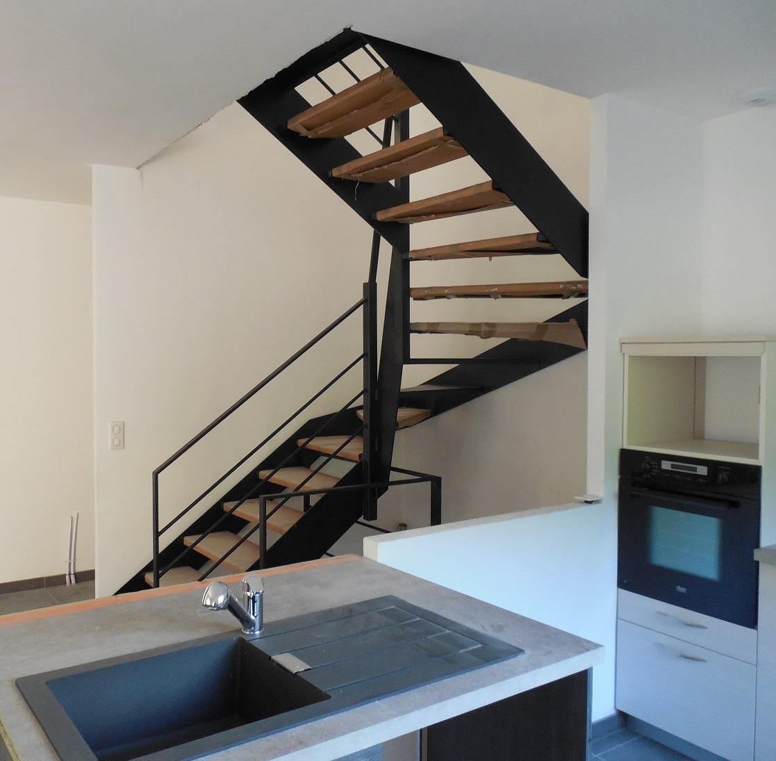 escalier tout acier tout soudé noir mat vue de la cuisine