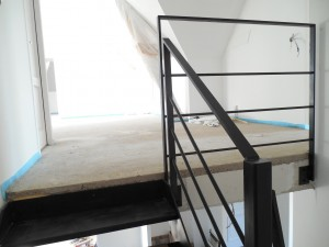 escalier tout acier tout soudé noir mat vue de l'arrivée et garde corps 1er