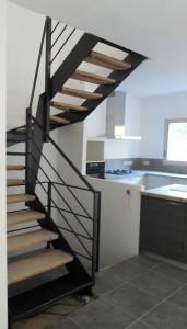 escalier tout acier tout soudé noir mat vue de l'entrée