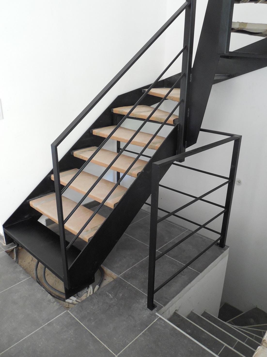 Les ormes - Escalier peint en noir ...