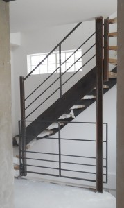 garde corps 1er etage entre poteau existant et escalier limon en plats marches en bois